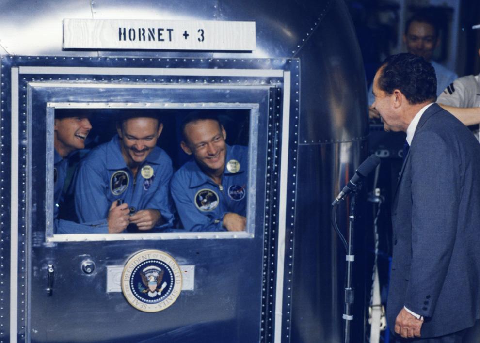 39) Астронавты Армстронг, Коллинс, Олдрин (слева направо) в изоляционном боксе встречаются с президентом США Ричардом Никсоном. (NASA)