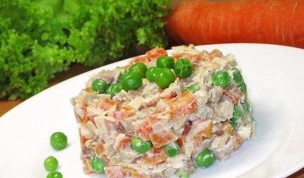 Салат с морковью горошком и мясом