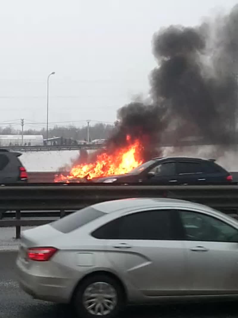 На КАД после Вантового моста в сторону Мурманского шоссе, горит машина. Догорела полностью.