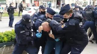 Польская полиция разогнала газом протестующих против карантина предпринимателей в Варшаве