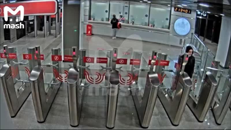 Система распознавания лиц московского метро обнаружила подозреваемого, когда он приспустил медицинск...