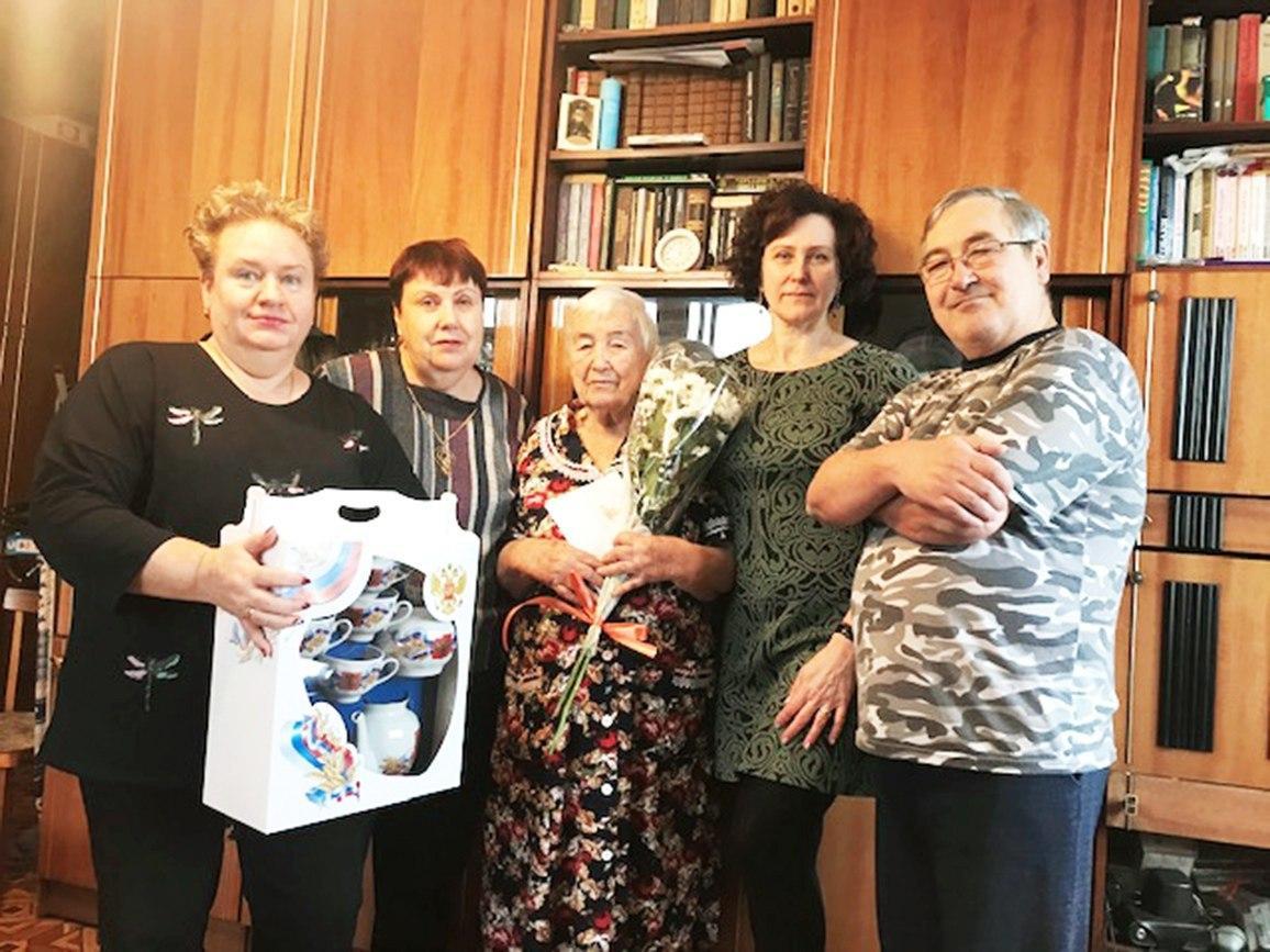 Представители отдела соцзащиты поздравили жительницу Выхина-Жулебина с 90-летним юбилеем