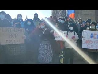 К центральной площади Владивостока стянули сотрудников полиции  собрались несколько сотен горожан
