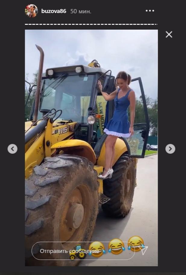 Бузова на каблуках и миниатюрном платье забралась на трактор