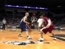 Невысокий паренек отжигает на баскетбольной площадке