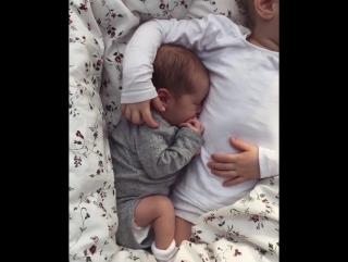 Сестренка и братишка сладко спят вдвоем
