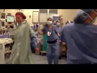 Врачи танцуют с пациентом. Всем хороших выходных.