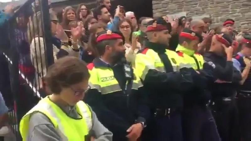 Служба безопасности mossos сплачивают ряды и располагаются на первой линии демонстрантов