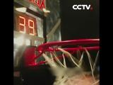 Соревнования по броскам мяча в кольцо между роботом и баскетболистом