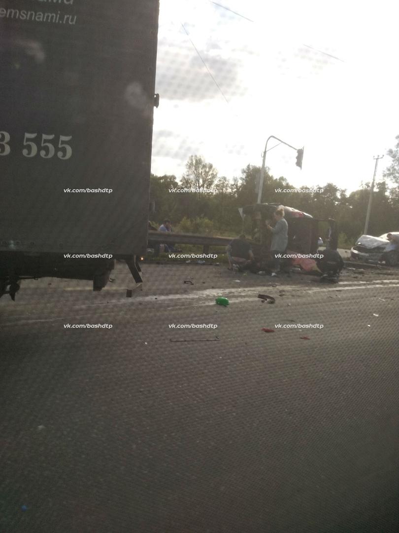 В массовом ДТП на трассе в Уфе один человек погиб, несколько ранены