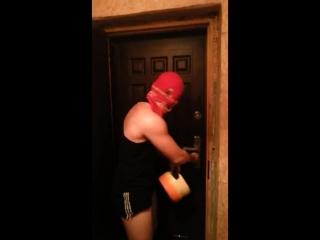 Когда кто-то ссыт под дверь