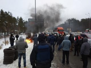 В Киеве участники акций протеста частично перекрыли три трассы