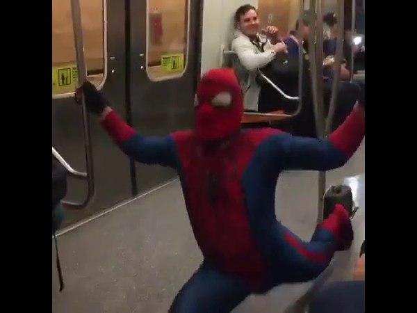 Spiderman bailando Scooby doo pa pa en el metro