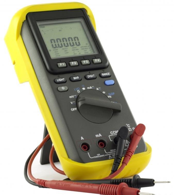 Мультиметр, который можно использовать для измерения ома.