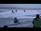 Волна от корабля, прошедшего на большой скорости, потрескала тонкий лёд в заливе