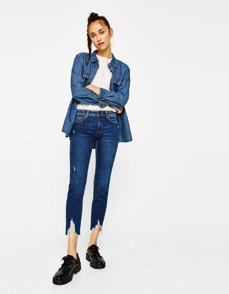 Укороченные джинсы с низкой посадкой и разрезами