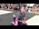 Девочка борется с мальчиком. 12- летний возраст.