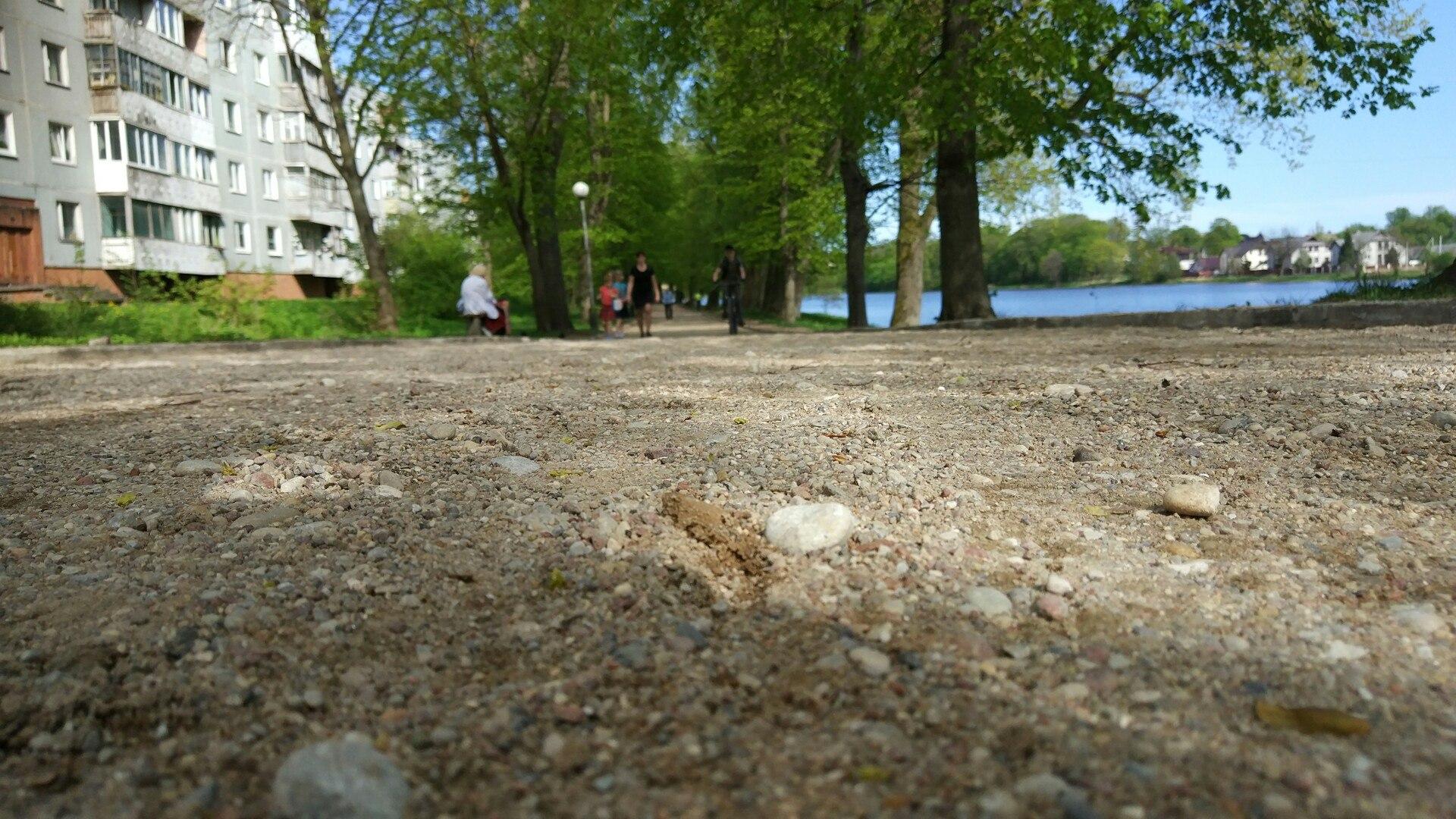 Власти рассказали, когда закончат благоустройство дорожки вдоль озера в Советске
