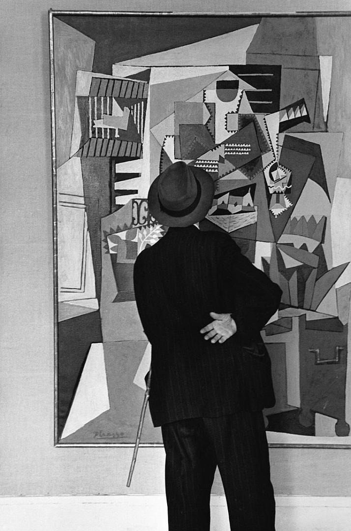 Посетитель выставки картин Пикассо, 1952 год.  Фотограф: Edouard Boubat.