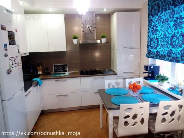 Белая кухня 10 кв. м с бирюзовыми цветовыми...