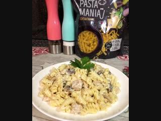 Паста с курицей и грибами в сливочном соусе (ингредиенты указаны в описании видео)