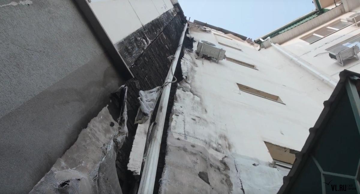 Выгоревшую из-за майнера крышу дома в Артеме не могут отремонтировать больше года
