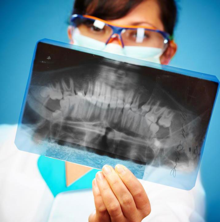 Детский стоматолог  может использовать рентген, чтобы обнаружить разрушение в зубах пациента.