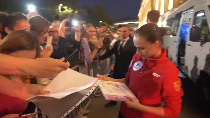 Алина Загитова — о первой встрече с Этери Тутберидзе и автографах для болельщико
