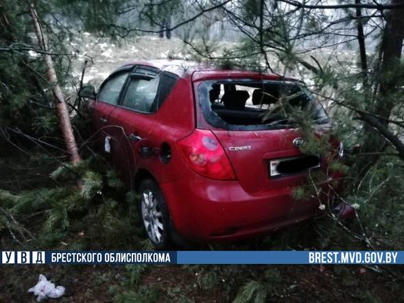 44-летняя водитель управляла автомобилем марки «Киа Сид» и опрокинулась в кювет