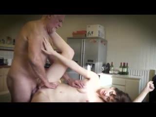 Дочь сосёт у папы. Седой отец трахнул дочку и кончил в рот. Старый дед и минет. Секс и инцест в порно. Incest sex and porno