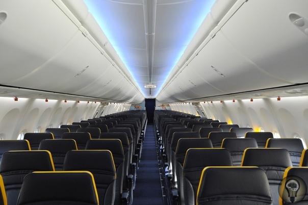 Как выбрать место в самолёте 1. Ящик под сиденьем перед вамиВы как раз решали, какие сумки убрать в общее отделение над сиденьями, а что можно затолкать под кресло перед вами, как сюрприз, там