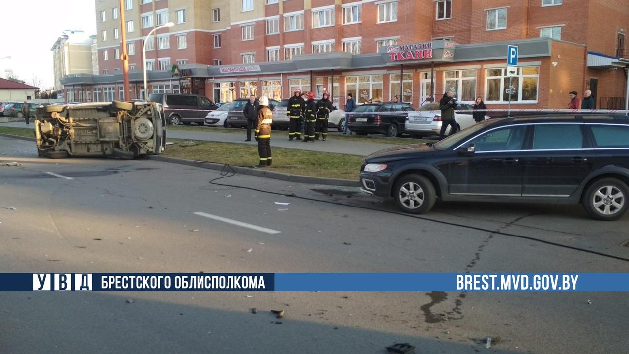 В Бресте на Гоголя перевернулся автомобиль (официально от ГАИ)