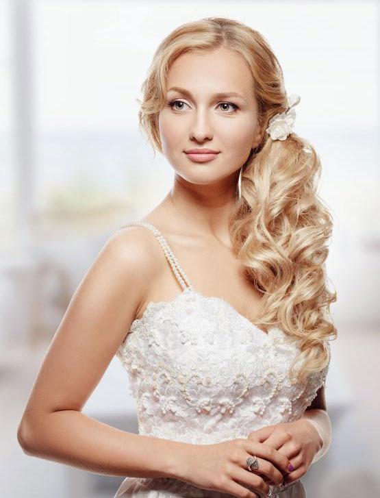 Свадебные платья обычно украшены блестками.