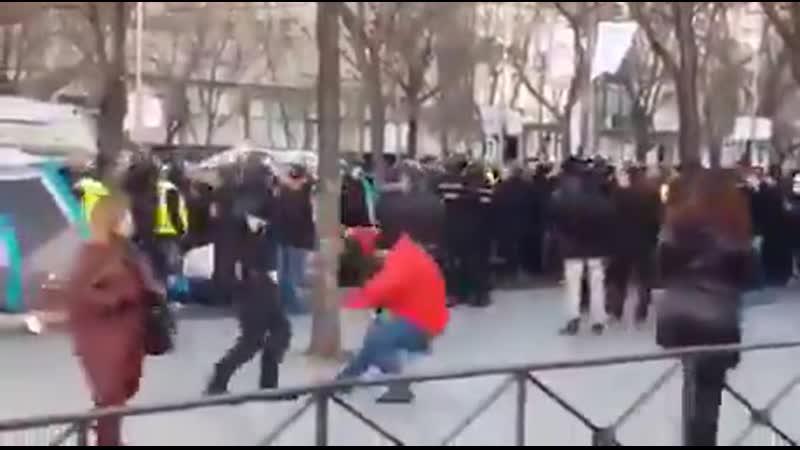 Полицейский в Москве до смерти избил подростка революционера!