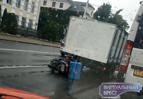 Водитель мопеда доставщика пиццы попал сегодня в ДТП на ул. Ленина