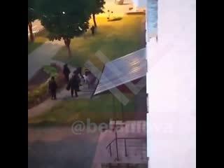 ОМОНовец бьет человека с разбега по спине NR