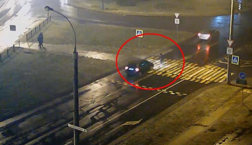 Пешеход уверенно шла по переходу, но водитель её всё равно не заметил и сбил