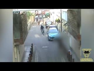 Едет на велосипеде и стреляет в людей из дробовика!! ГТА в  реальной жизни!!