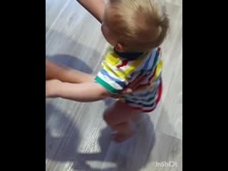 Т.Оля памперс сняла и побежал, научила не ходить, а сразу бегать!!!
