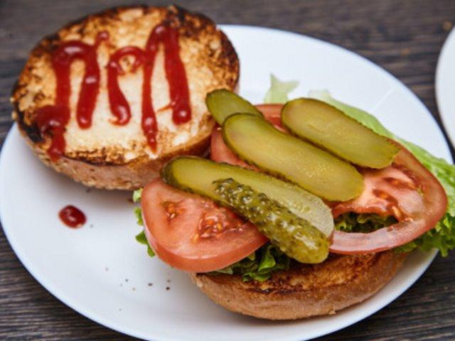 Классический чизбургер с карамелизированным луком