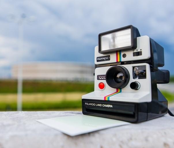24 кадра Добрый день, подскажите, сколько стоит этот фотоаппарат парень крутил в руках потертый Polaroid со сколотой крышкой и заляпанным объективом. На корпусе блестела давно засохшая краска и