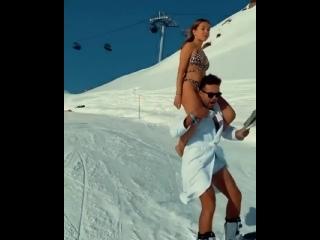 В Сочи полуголая девушка прокатилась на плечах сноубордиста