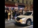 Вот такие шумные вечеринки проходят ночью прямо на улице люди стоят у баров вдоль дороги, танцуют, кричат, веселятся.