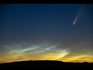 Комета C/2020 F3 (NEOWISE) и яркие серебристые облака 11 июля 2020 года