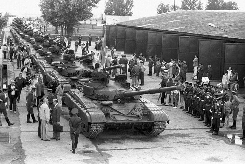 Колонна Т-64. Вывод советских войск с территории Венгрии, 1 июля 1990 года.