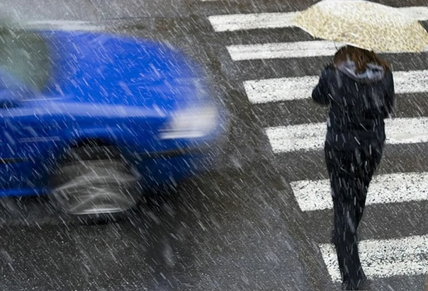 Сотрудники Госавтоинспекции напоминают пешеходам основные правила безопасного поведения на дороге в