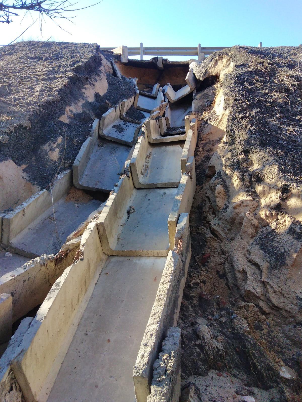 Добрые люди которые собираются ехать с Владимира в Боголюбово знайте что со стороны дорожного ограждения смыло водосток
