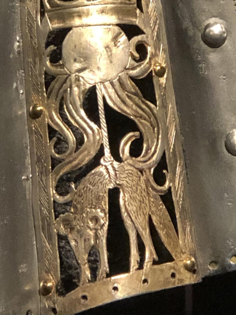 Деталь доспехов Чарльза, включая значок Золотого руна.