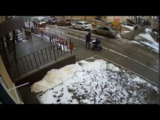 Момент падения человека с 17 этажа на коляску с младенцем в Воронеже