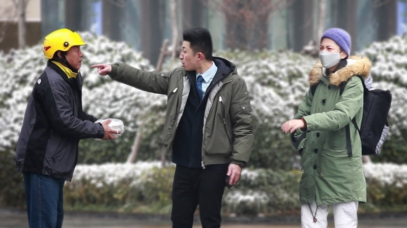 When the delivery man is late on a snowy day and gets insulted 外卖送餐员雪天迟到遭当众辱骂,有路人说:这饭多少钱,我买!